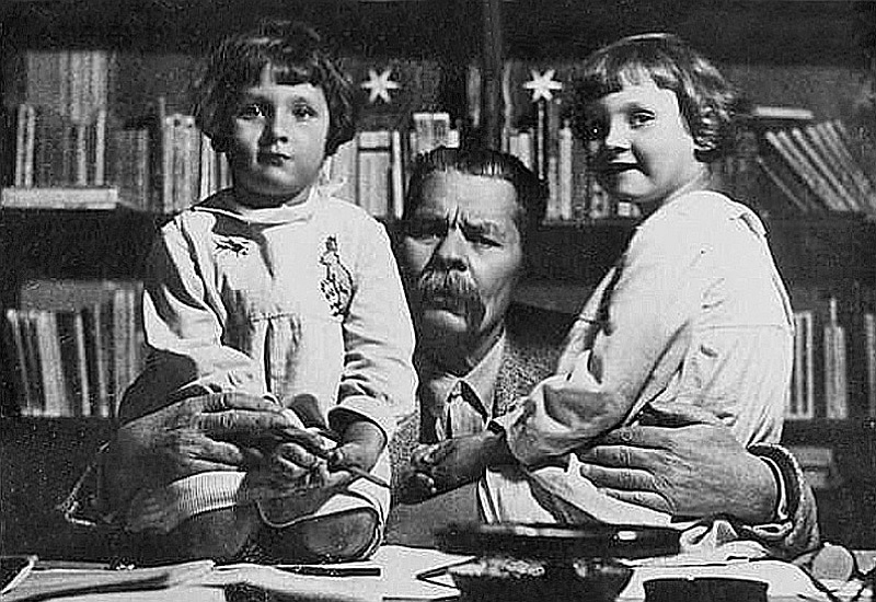 Максим Горький с внучками Дарьей и Марфой
