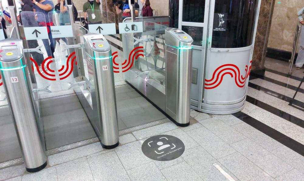 А если надеть маску Собянина, с него деньги снимут В сети обсуждают введение системы Face Pay в метро