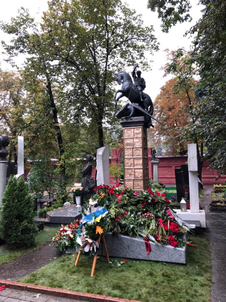 Памятник Юрию Лужкову установили на Новодевичьем кладбище. Фото