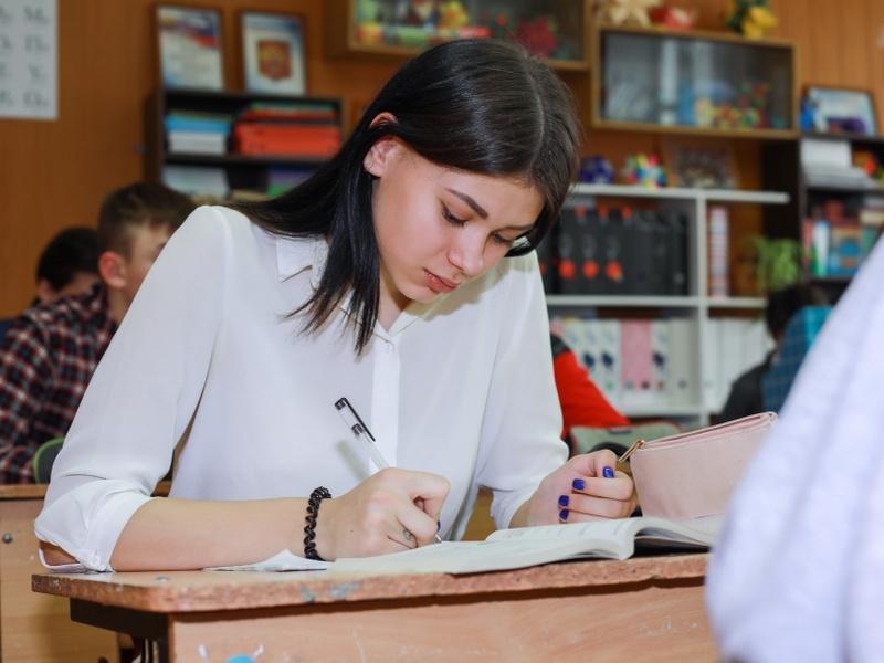Власти потратят 1,6 млрд на поиск неблагонадежных школьников по сочинениям