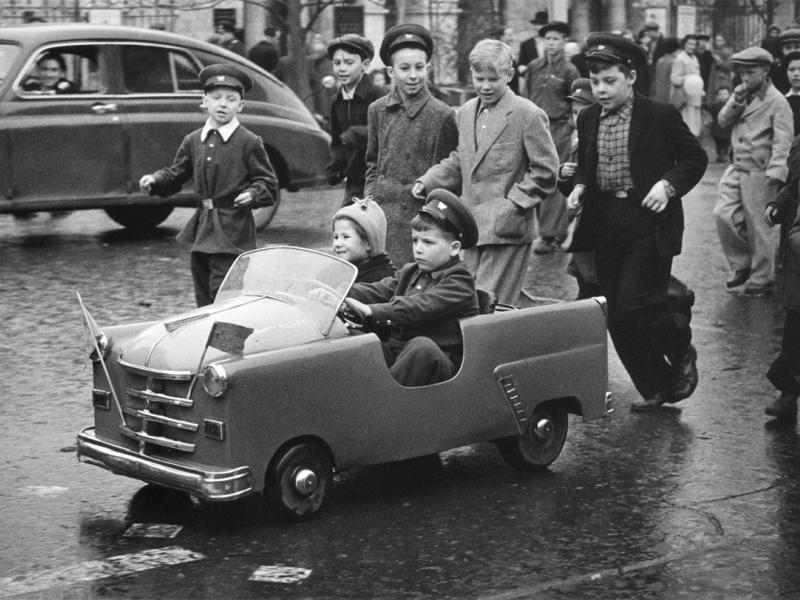 Улица Горького, 1 мая 1958 года // фото: Леонид Лазарев