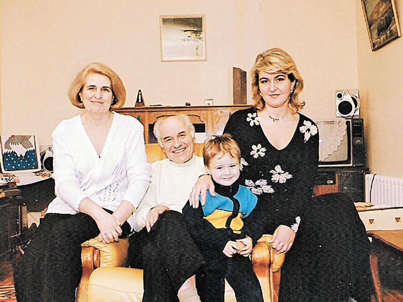 Композитор в кругу семьи: с дочкой, женой (слева) и внуком