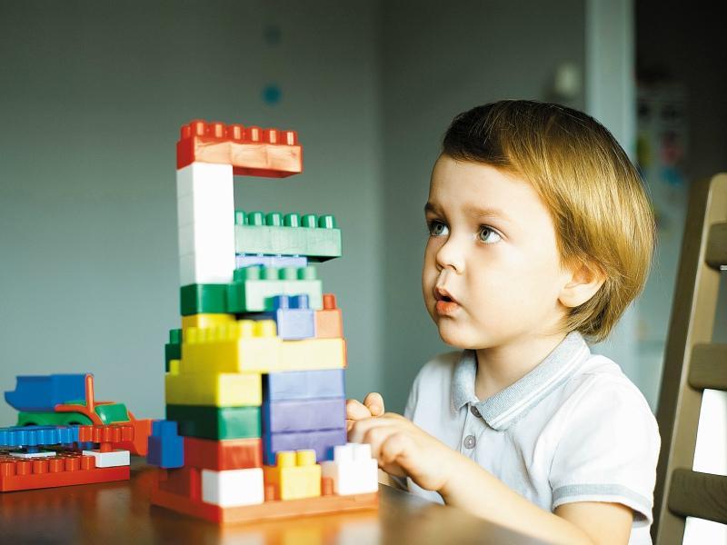 Для малышей до 3–4 лет важно, чтобы детали были выполнены из экологически чистых и безопасных материалов // Фото: Shutterstock