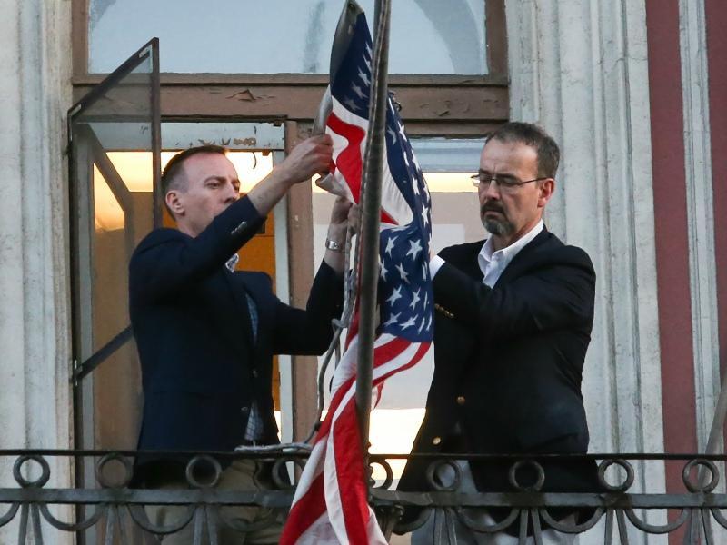Сотрудники консульства США в Петербурге снимают флаг: учреждение закрылось 31 марта // Фото: Global Look Press