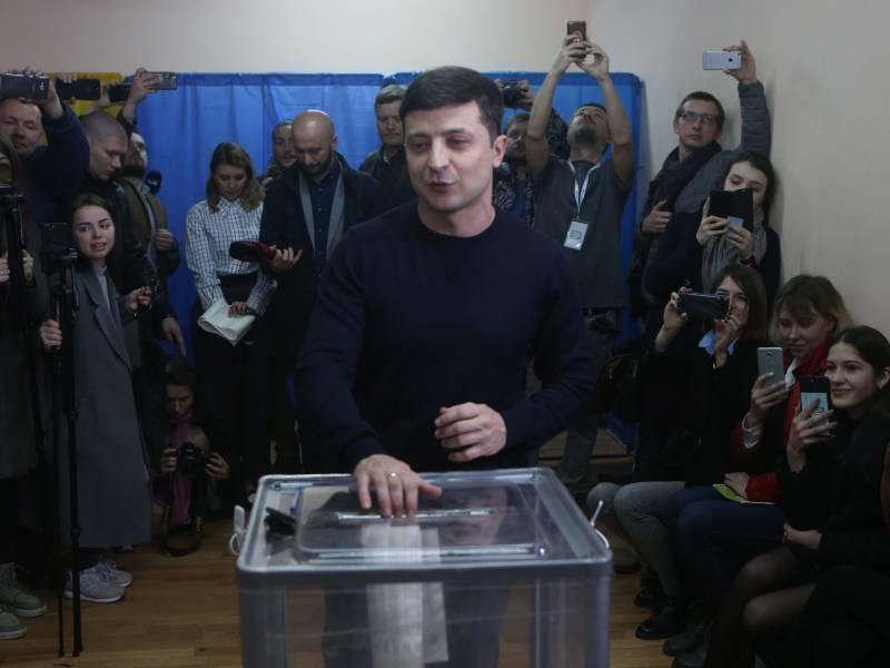 Владимир Зеленский на избирательном участке // фото: Sergey, via www.imago-images.de / Global Look Press