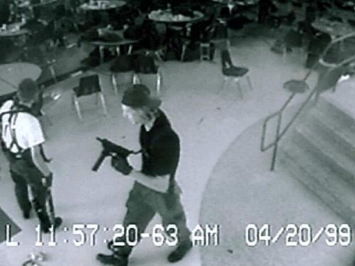"""Эрик Харрис и Дилан Клиболд в школе """"Колумбайн"""" во время своего теракта // стоп-кадр видео с камер наблюдения"""