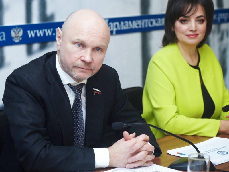 Заместители руководителя рабочей группы Госдумы: депутат Сергей Катасонов и Ирина Радченко