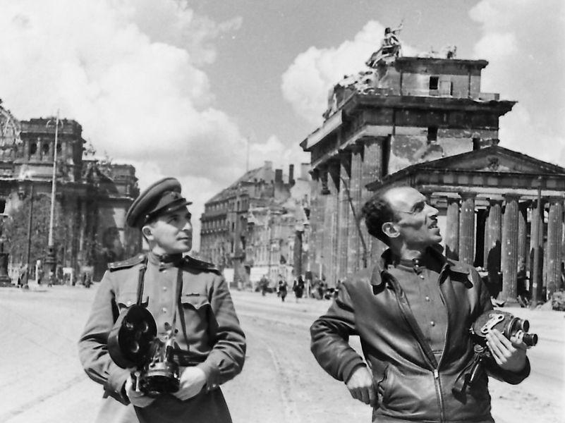 Фронтовые кинооператоры Илья Аронс (слева) и Леон Мазрухо у Бранденбургских ворот. Берлин, июнь 1945г.