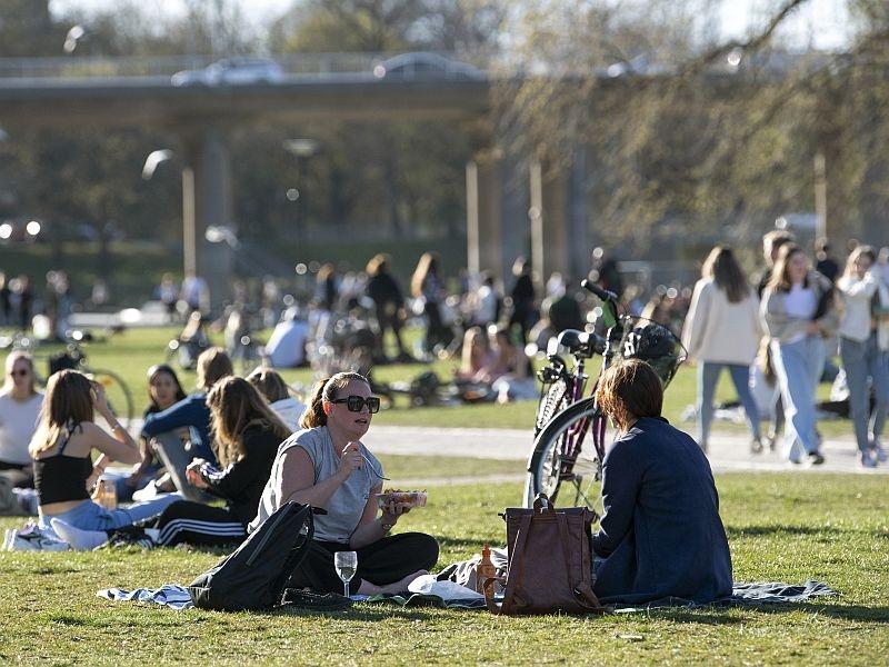Шведы коронавируса не боятся // фото: Global Look Press