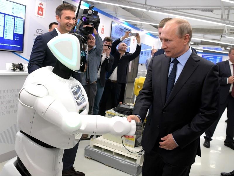 Робот и Владимир Путин // Global Look Press