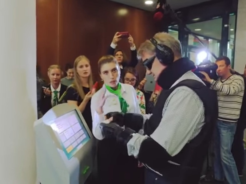 """Герман Греф в """"костюме инвалида"""" // Фото: стоп-кадр с YouTube"""