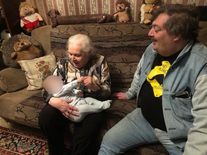 Дмитрий Быков с мамой и сыном Шервудом//фото: личный архив Е. Кевхишвили