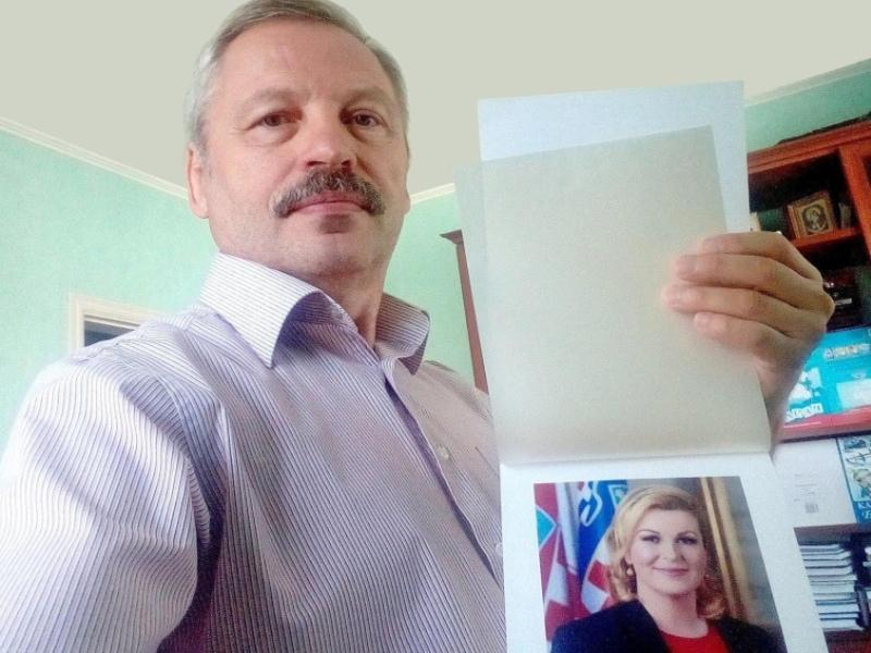 Валентин Баюканский с присланным ему портретом Колинды Грабар-Китарович