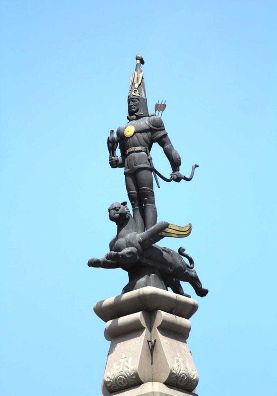 """""""Золотой человек"""" на Монументе Независимости в Алматы"""