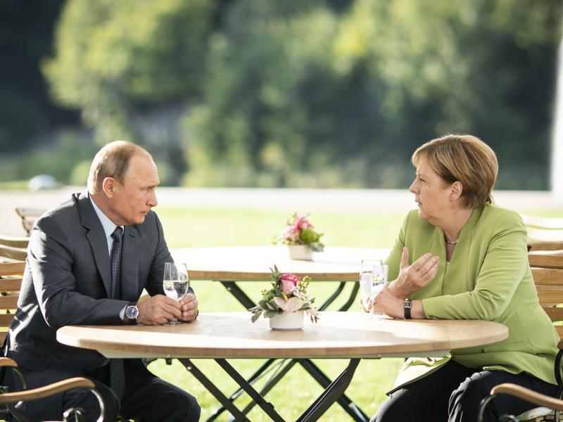 Владимир Путин и Ангела Меркель на саммите в Мезеберге 18 августа // фото: Steffen Kugler / dpa / Global Look Press