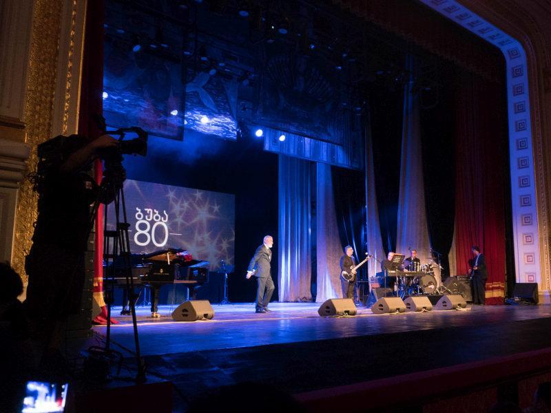 Вахтанг Кикабидзе, отметивший в июле 80-летие, на юбилейном концерте в Батуми // фото: Александр Минайчев