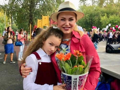 Алла Довлатова с дочкой Александрой каждый год участвуют в акции «Дети вместо цветов» с фондом «Подсолнух»