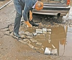 Как россияне не могут дождаться ремонта дорог – и делают его сами