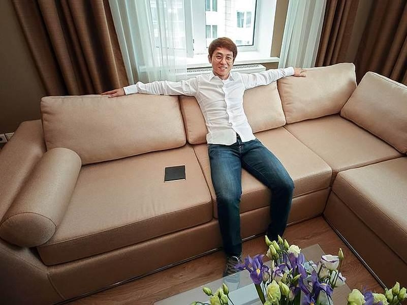 Виктор Ан в той самой квартире // фото: Росстройинвест