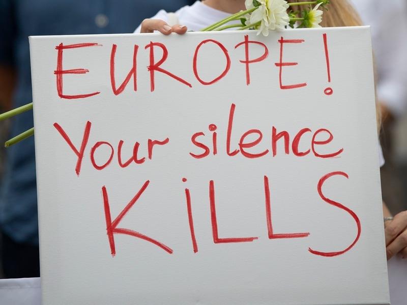 "Перевод надписи на плакате: ""Европа, твое молчание убивает"" // Фото: Global Look Press"