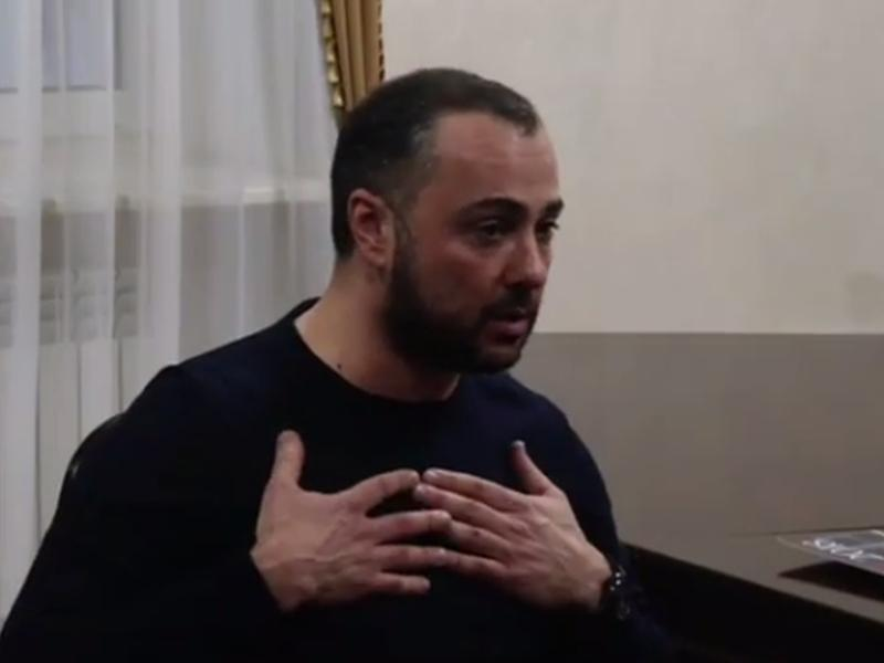 Генеральный директор Comedy Club Андрей Левин приносит извинения в постпредстве Ингушетии // стоп-кадр / Instagram постпредства Ингушетии
