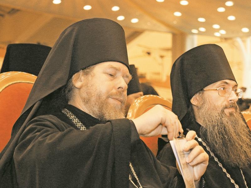 Тихона Шевкунова (на фото слева) называют «духовником Путина»