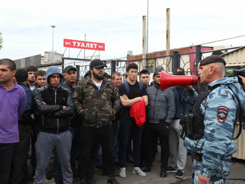 В конце сентября на территории ТЦ «Москва» в Люблино, где работают мигранты, случился бунт // Фото: ТАСС