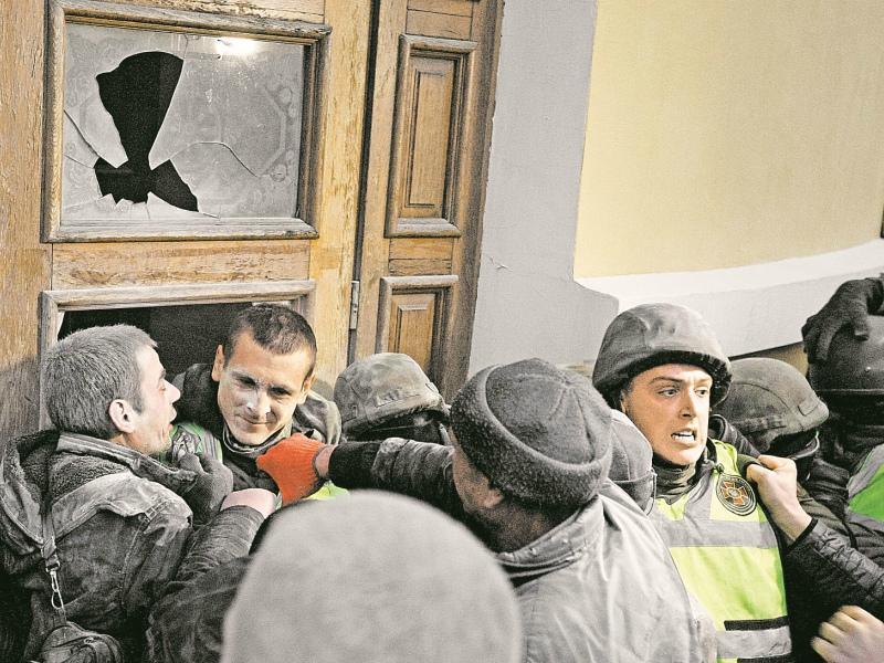 А двери, по словам Саакашвили, ломали, разумеется, провокаторы
