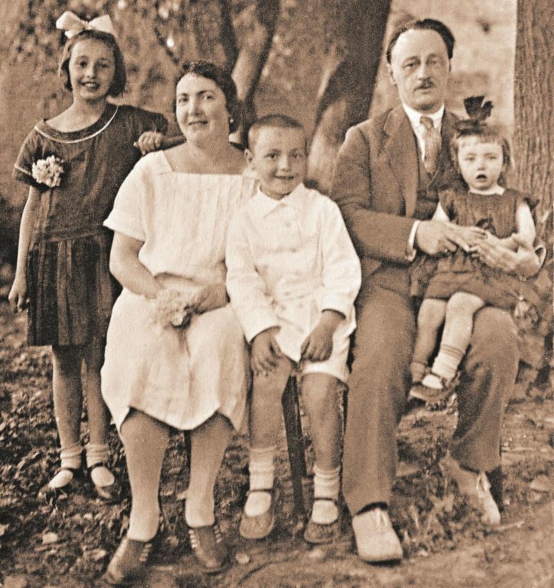 Виктор Осипович с женой Антониной Игнатьевной и детьми – Татьяной, Георгием и Ариадной (на коленях у отца)