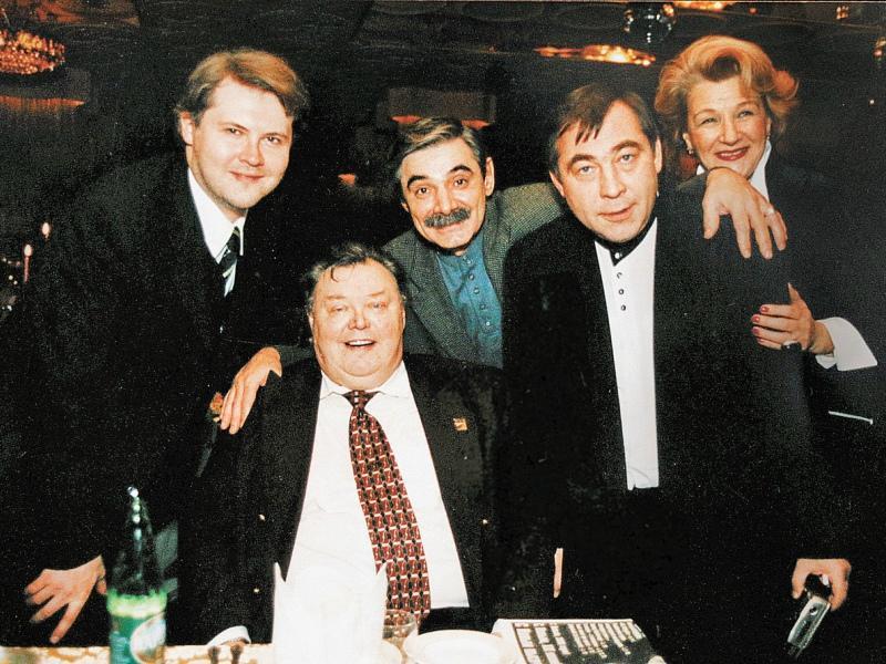 Невинный любил шумные застолья. На фото – с коллегами: актером Александром Панкратовым-Черным, режиссером Светланой Дружининой и своим сыном (крайний слева)