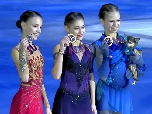Россиянки Анна Щербакова, Алена Косторная и Александра Трусова (слева направо) после финала Гран-при в Турине // стоп-кадр: Youtube
