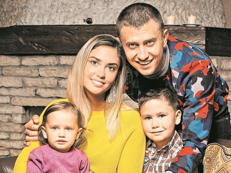 Павел Прилучный с женой и детьми // фото: Global Look Press