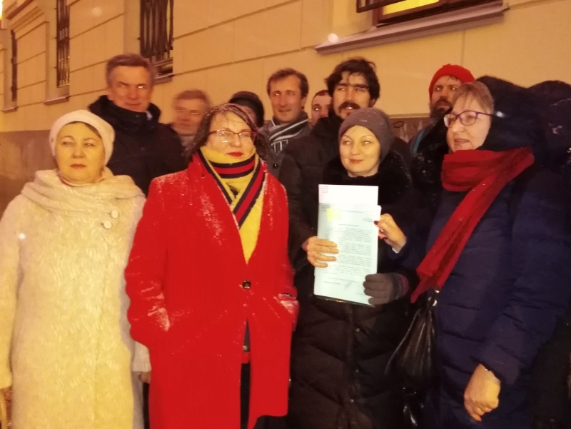 Муниципальные депутаты и москвичи у здания мэрии перед подачей уведомления