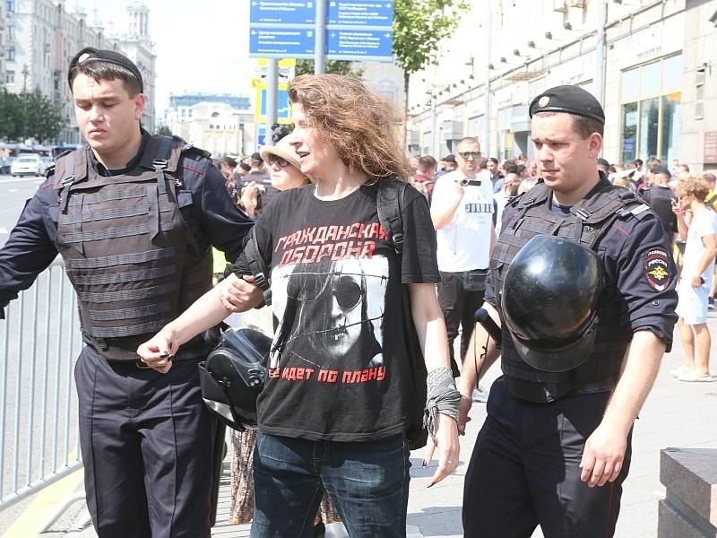 Нашего корреспондента Надежду Гужеву тоже задерживали // фото: Андрей Струнин