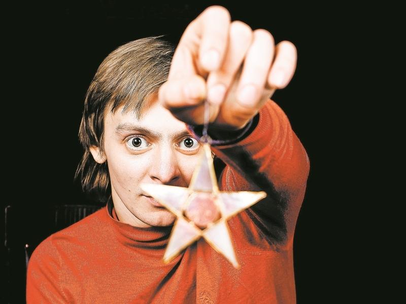 Евгений Кулаков с игрушкой-звездочкой из своей коллекции