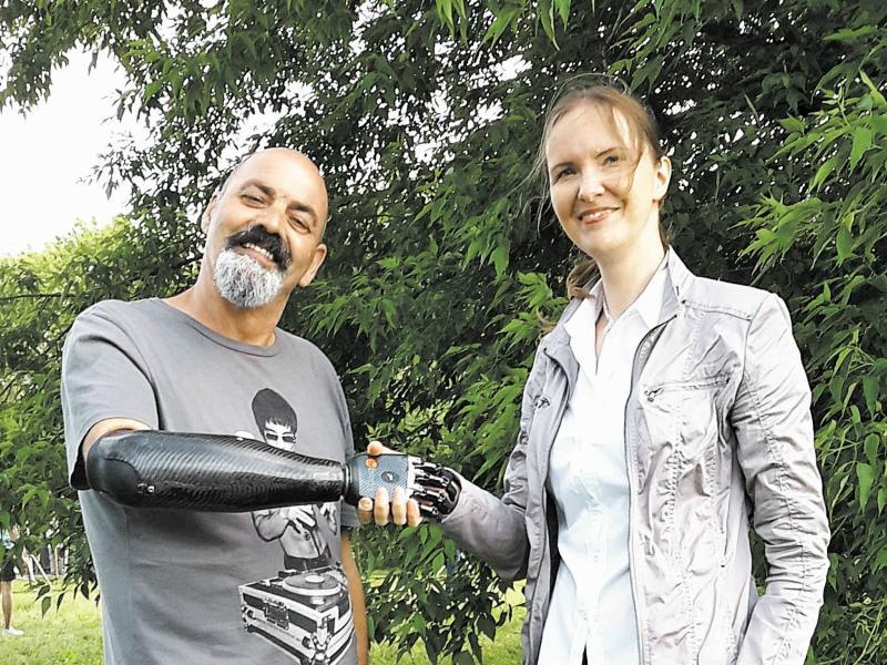 Милова с Найджелом Экландом - человеком с бионическим протезом // Фото: из личного архива