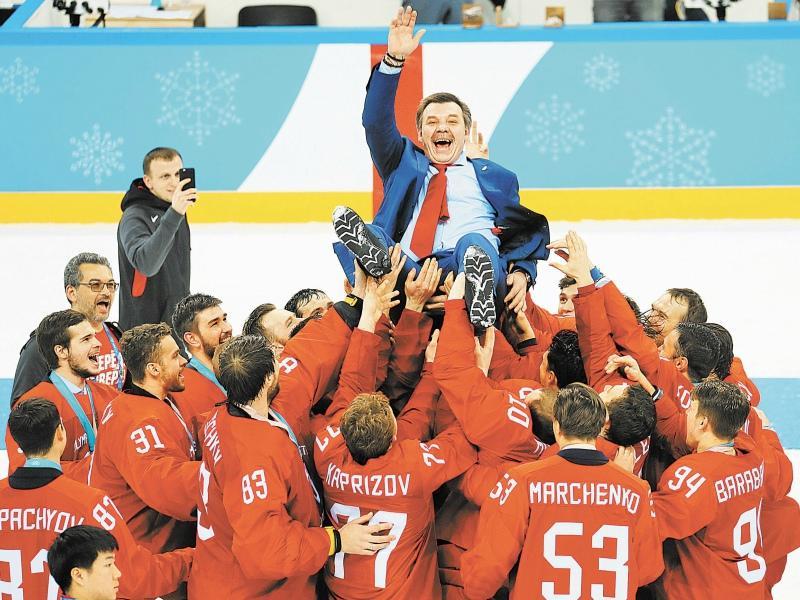 Тренер сборной Олег Знарок так высоко еще не поднимался // Фото: Global Look Press