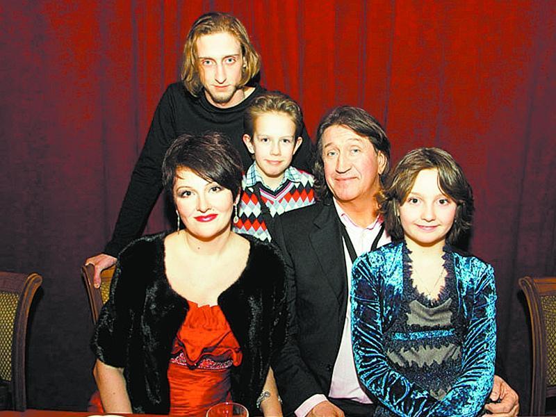 Артист с женой – актрисой Марина Есипенко, сыновьями и дочерью