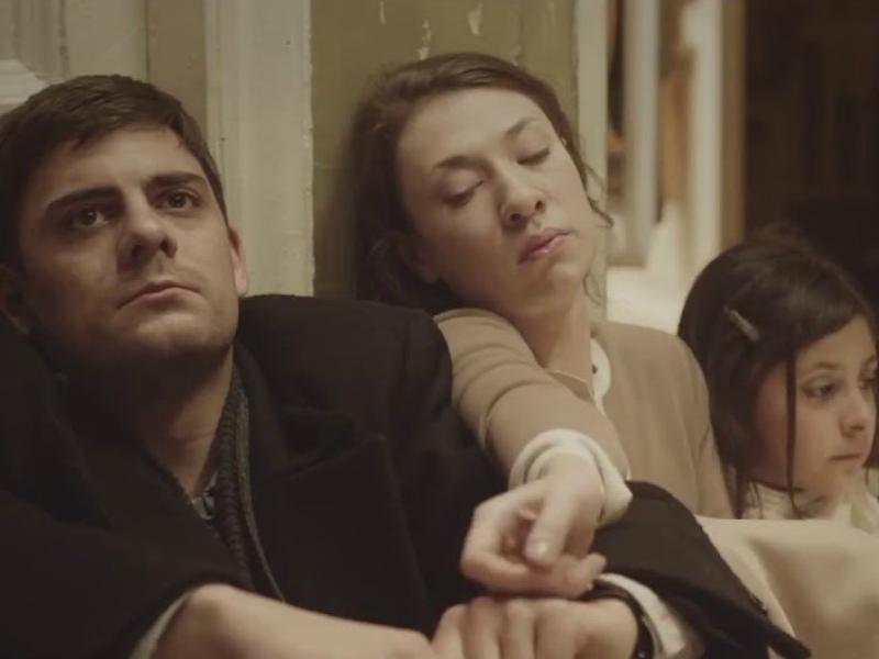 Кадр из фильма «Довлатов»: Милан Марич (Довлатов),  Хелена Суецка (его жена) и Ева Герр (дочь)