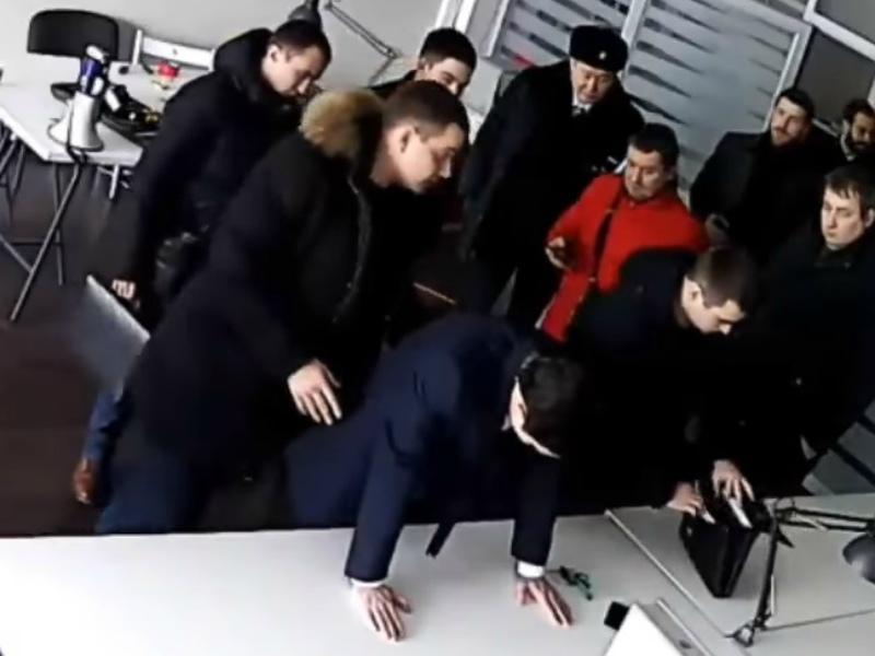 Задержание Дмитрия Низовцева в студии // Стоп-кадр YouTube