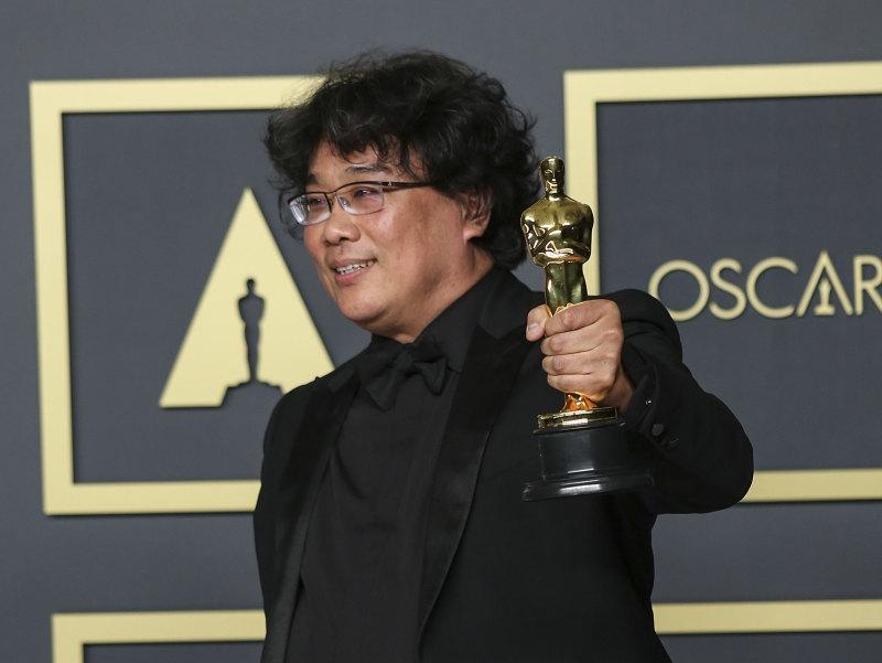 Режиссер «Паразитов» Пон Чжун Хо со своим «Оскаром». Фото: Burt Harris / Keystone Press Agency / Global Look Press