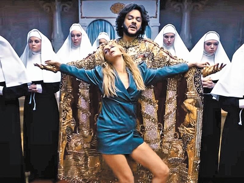 Кадр из клипа «Романы»
