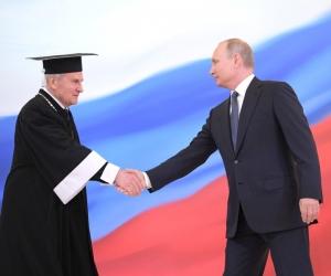 Глава Конституционного суда Валерий Зорькин и Владимир Путин на последней пока инаугурации Президента РФ, 7 мая 2018 года. Фото: Kremlin Pool / Global Look Press