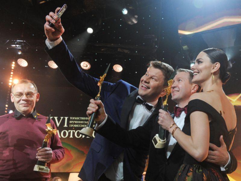 Ведущий церемонии Дмитрий Губерниев с победителями // Фото: Андрей Струнин