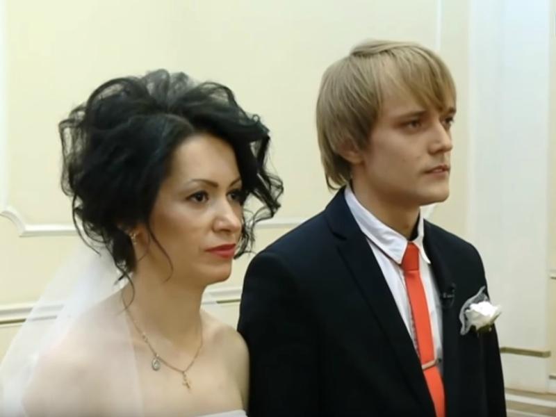 Сергей Зверев-младший с супругой Юлией // Стоп-кадр YouTube