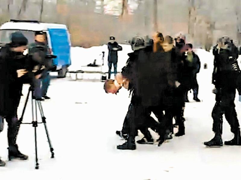 В машину скорой помощи Льва Биджакова проводили в наручниках