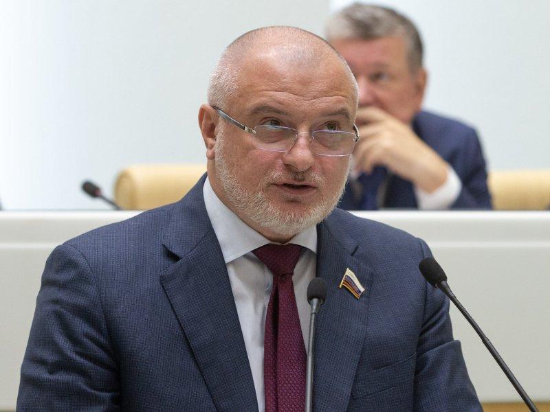 Один из главных авторов закона Андрей Клишас выступает в Совете Федерации // фото: Federation Council of Russia / Flickr.com / Global Look Press