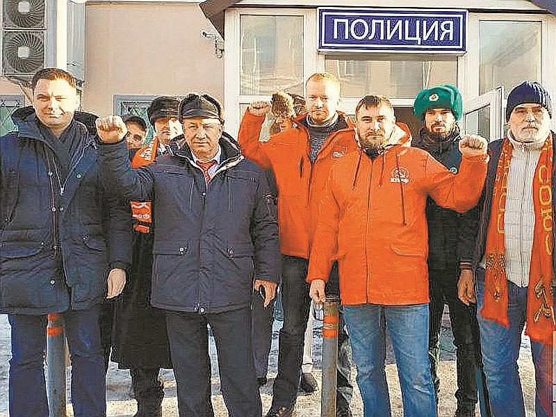 Депутаты Госдумы с задержанными активистами у отделения полиции