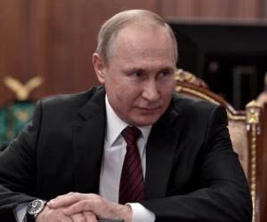 Владимир Путин на встрече с бывшим Генпрокурором Юрием Чайкой и новым главой Генпрокуратуры Игорем Красновым. Фото: Kremlin Pool / Global Look Press