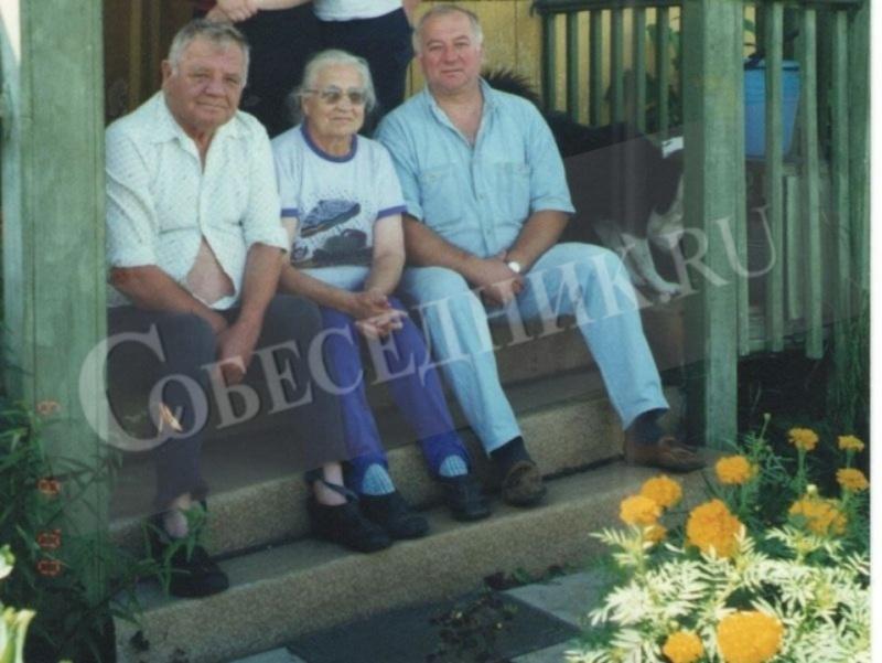 Сергей Скрипаль (справа) с отцом Виктором Федоровичем и мамой Еленой Яковлевной на даче под Ярославлем, 2004 год